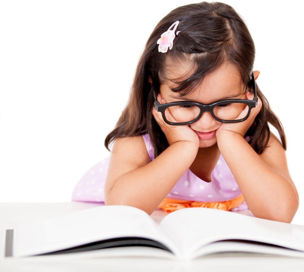 el niño lee el libro